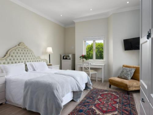 Room 1 - Modern with Mountain View